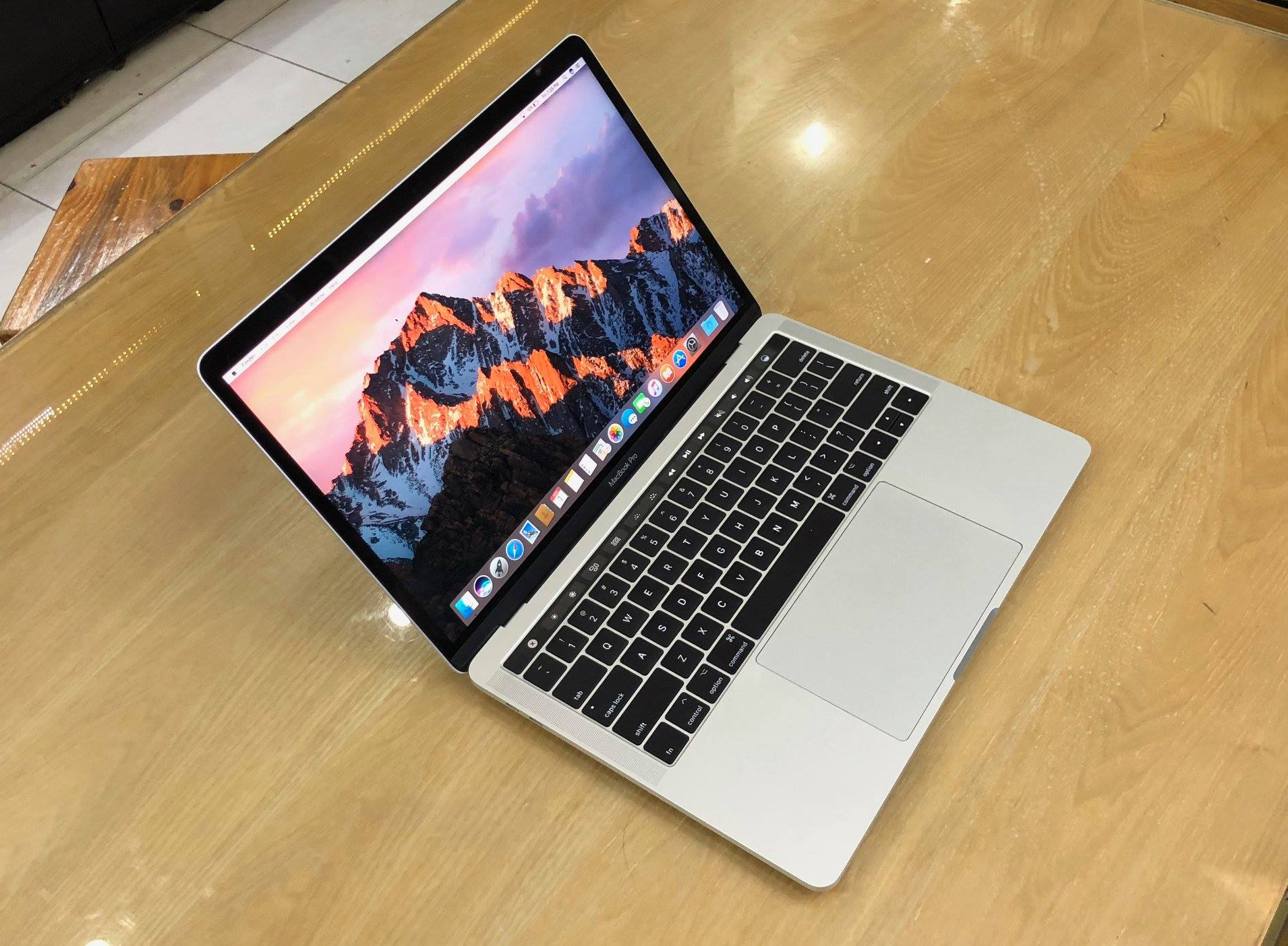 Macbook Pro Retina MLVP2 13inch 256GB Touch Bar.jpg